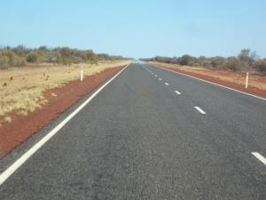 Les points sur le bord: des termitières, à l'horizon: la zone de mirages