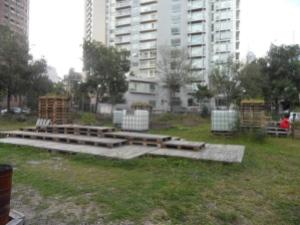 Des palettes en guise de tables et chaises